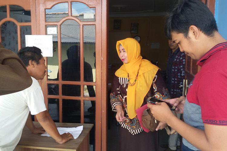 Brekele, seorang sopir angkot di Pangkal Pinang, saat diterima Ketua Bawaslu Pangkal Pinang Ida Kumala terkait rencana pemasangan stiker bernuansa kampanye.