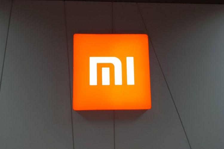 Logo Xiaomi terpajang di kantor pusat Xiaomi Indonesia yang terletak di kawasan Pantai Indah Kapuk, Jakarta.