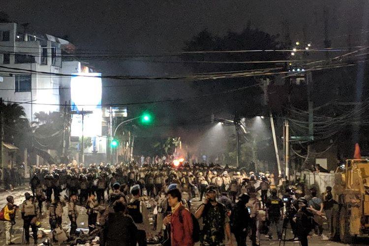 Kelompok massa di Slipi, Jakarta Barat, terpantau masih belum membubarkan diri hingga Rabu (22/5/2019) pukul 21.00 WIB.
