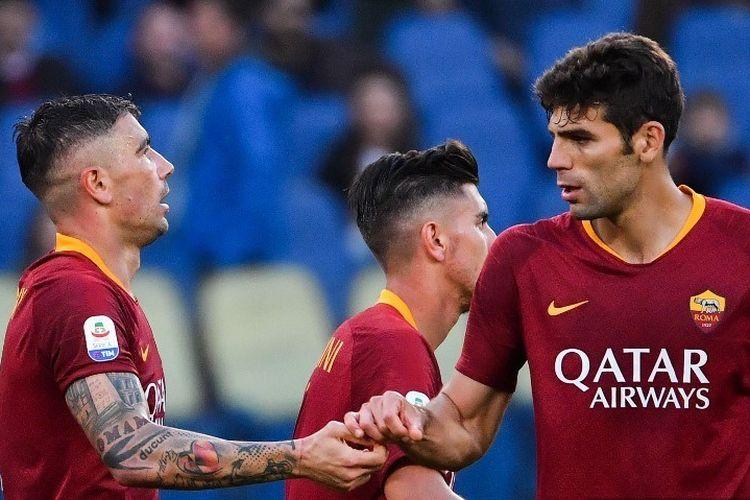 Aleksandar Kolarov dan Federico Fazio merayakan gol pada pertandingan AS Roma vs Cagliari dalam lanjutan Liga Italia di Stadion Olimpico, 27 April 2019.