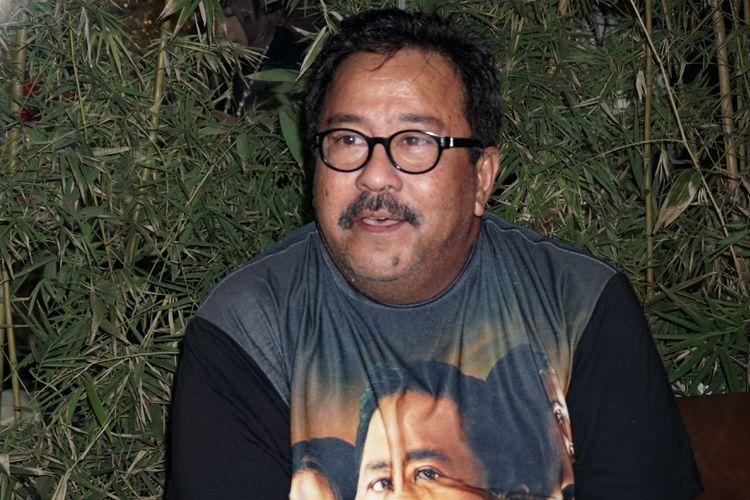 Artis peran yang juga sutradara Rano Karno di panggung gala premiere film Si Doel The Movie, di Epicentrum Walk XXI, Kuningan, Jakarta Selatan, Minggu (29/7/2018).