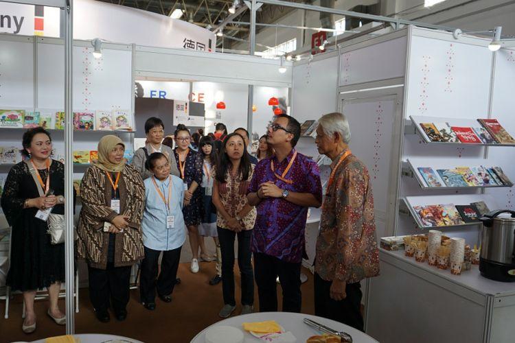Erlan Primansyah (dua dari kanan), perwakilan dari Komite Buku Nasional, memberi kata sambutan kepada pengunjung acara Happy Hour di stan Indonesia pada ajang di Beijing International Book Fair 2017, Kamis (24/8/2017).