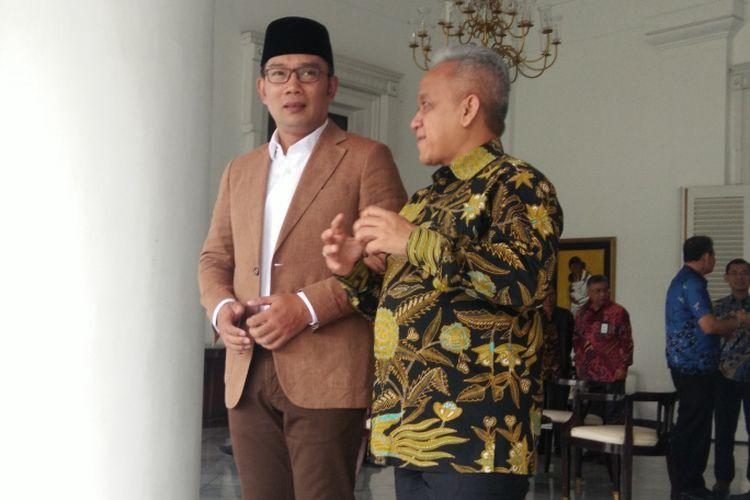 Gubernur Jawa Barat Ridwan Kamil saat berbincang dengan Direktur Utama PJT II Saefudin Noer di Gedung Pakuan, Jalan Cicendo, Jumat (14/6/2019).