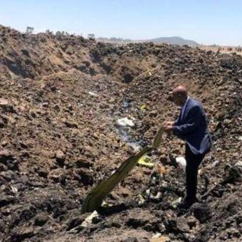 CEO Ethiopian Airlines Tewolde Gebremariam mendatangi lokasi salah satu pesawatnya jatuh pada Minggu (10/3/2019), di sekitar kota Bishoftu. Sebanyak 149 penumpang dan 8 kru tewas dalam kecelakaan itu. (Twitter/Ethiopian Airlines)