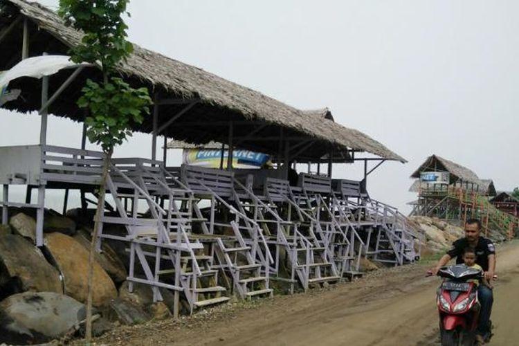 Pengunjung melintas di deretan pondok Pantai Lancok, Kecamatan Syamtalira Bayu, Aceh Utara, Aceh.