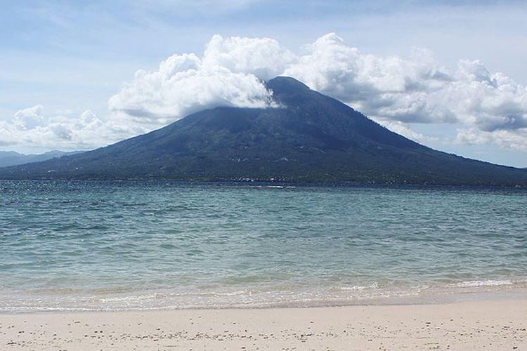 Gunung Boleng di Pulau Adonara tampak dari Pantai Waijarang, Lembata, Nusa Tenggara Timur.