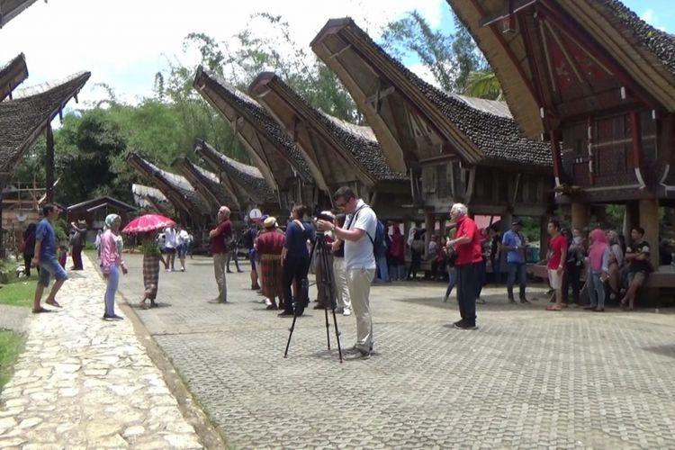 Wisatawan domestik dan mancanegara di kawasan wisata cagar budaya Kete Kesu di Kecamatan Sanggalangi  Kabupaten Toraja Utara, Sulawesi Selatan. Foto diambil saat liburan menjelang Paskah, Jumat (30/3/2018).