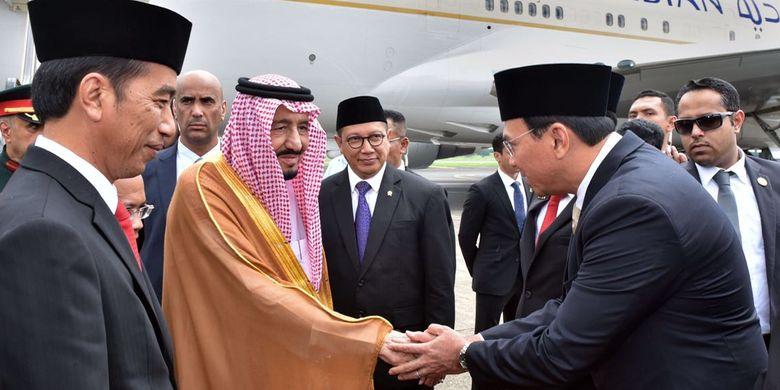 Gubernur DKI Jakarta Basuki Tjahaja Purnama bersalaman dengan Raja Arab Saudi Salman bin Abdulaziz al-Saud, di Bandara Halim Perdanakusuma, Jakarta Timur, Rabu (1/3/2017).