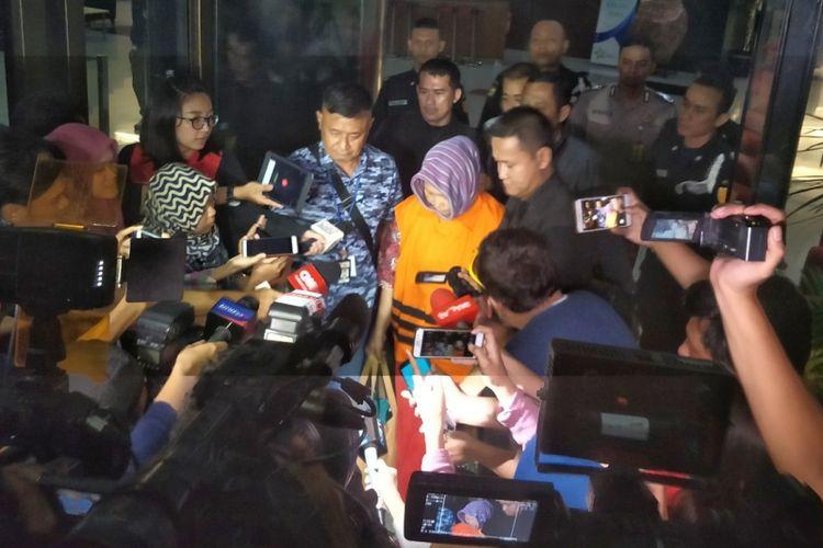 Plt Kepala Dinas Kesehatan Kabupaten Jombang Inna Silestyanti hanya tertunduk usai diperiksa oleh penyidik Komisi Pemberantasan Korupsi (KPK) di gedung KPK, Kuningan, Jakarta Selatan, Minggu (4/2/2018).