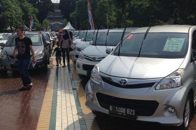 Konsumen yang datang pada Weekend Surorise Mobil88 2015 di Parkir Timur Senayan.