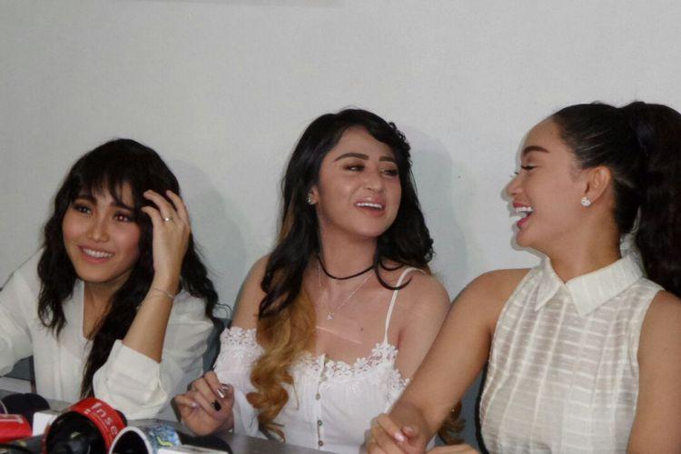 Zaskia Gotik, Dewi Perssik, dan Ayu Ting Ting berpose di sela shooting film horor di Studio PFN, Jakarta Timur, Sabtu (13/1/2018).