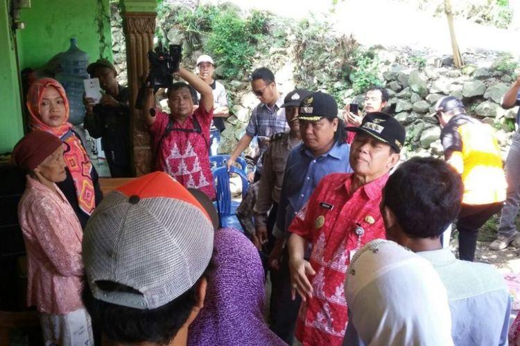 Bupati Semarang Mundjirin meninjau lokasi bencana tanah bergerak dan tempat pengungsian warga di Dusun Bendo, Desa Kandangan, Kecamatan Bawen, Rabu (24/1/2018) siang.