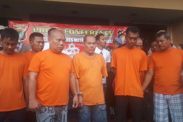 Para preman yang beraksi di Komplek Ruko Seribu, Cengkareng, Jakarta Barat akhirnya ditangkap polisi. Foto diambil di Polres Jakarta Barat, Senin (27/8/2018).