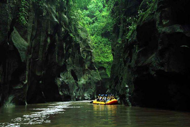 Arung jeram di Sungai Pekalen, Probolinggo.