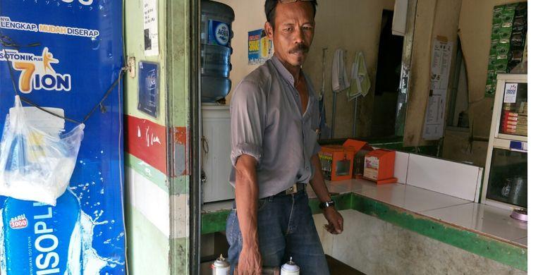 Asdi, tukang isi ulang korek gas di Beji, Depok, Senin (22/4/2019).
