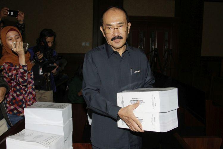 Terdakwa kasus perintangan penyidikan kasus korupsi KTP elektronik Fredrich Yunadi (tengah) membawa berkas pembelaan (pleidoi) saat sidang lanjutan di Pengadilan Tipikor, Jakarta, Jumat (22/6/2018) . Sidang tersebut beragendakan pembacaan surat pembelaan atau pledoi oleh terdakwa dan penasihat hukumnya.