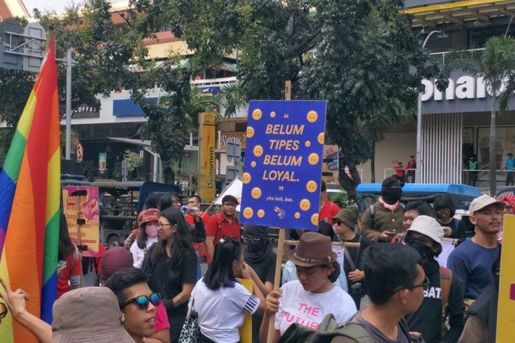 Poster salah satu peserta dari Serikat Pekerja Media dan Industri Kreatif untuk Demokrasi (Sindikasi) saat memperingati Hari Buruh Sedunia atau May Day pada Selasa (1/5/2018).