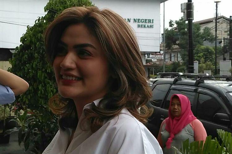 Hilda Vitria menghadiri sidang perdana kasus dugaan pemalsuan dokumen yang menjerat Kriss Hatta di Pengadilan Negeri Bekasi, Jawa Barat, Rabu (24/4/2019).
