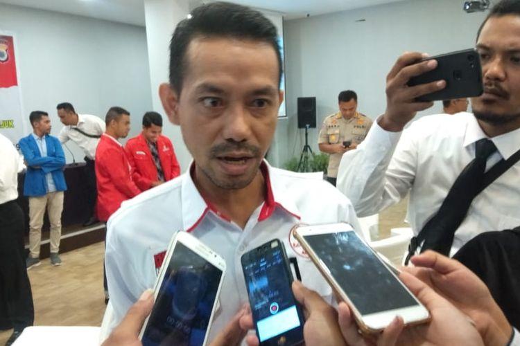 Ketua KPU Provinsi Maluku, Syamsul Rifan Kubangun saat diwawancarai wartawan seusai menghadiri pertemuan dengan Kapolda Maluku bersama tokoh masyarakat, tokoh agama di salah satu hotel di Ambon, Senin (22/4/2019)
