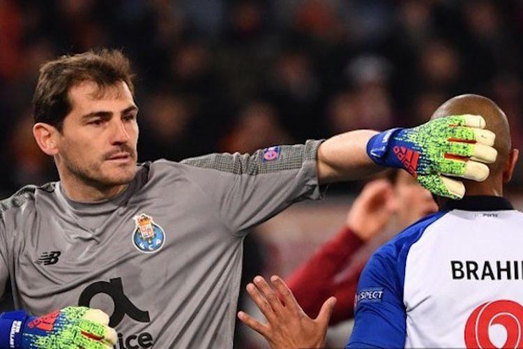 Iker Casillas menepuk kepala Yacine Brahimi saat laga AS Roma vs Porto di Stadion Olimpico dalam babak 16 besar Liga Champions, 12 Februari 2019.