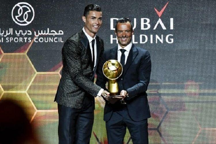 Cristiano Ronaldo bersama sang agen, Jorge Mendes, berfoto bersama pada acara Dubai Global Soccer Awards, 3 Januari 2019.  Ronaldo didaulat sebagai pemain terbaik sedangkan Mendes dipilih sebagai agen terbaik pada ajang tersebut.