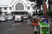 PKL Santai Berjualan di Pinggir Jalur Transjakarta Kota Tua