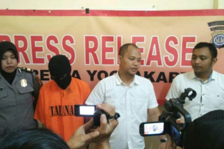 Kasat Reskrim Polresta Yogyakarta Kompol Akbar Bantilan saat menjelaskan kronologi tindak pidana pelecehan seksual.