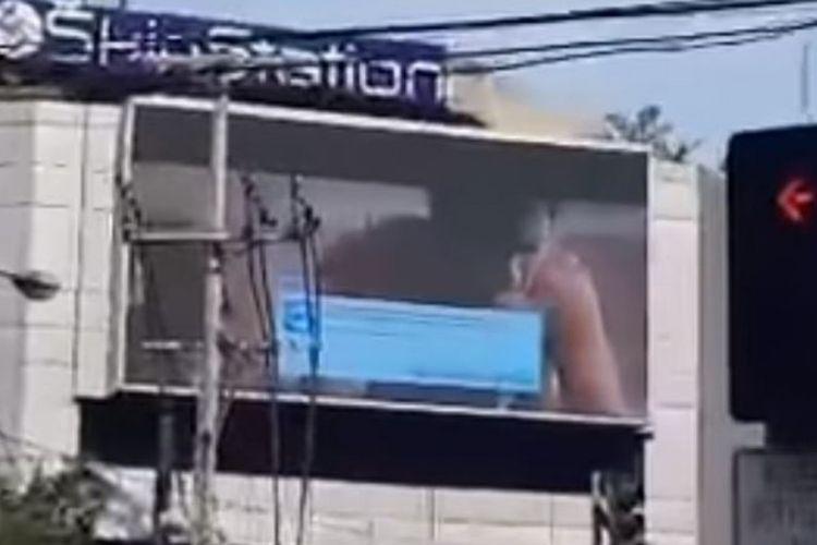 Tayangan film porno tak sengaja diputar di sebuah papan reklame elektronik di Filipina.