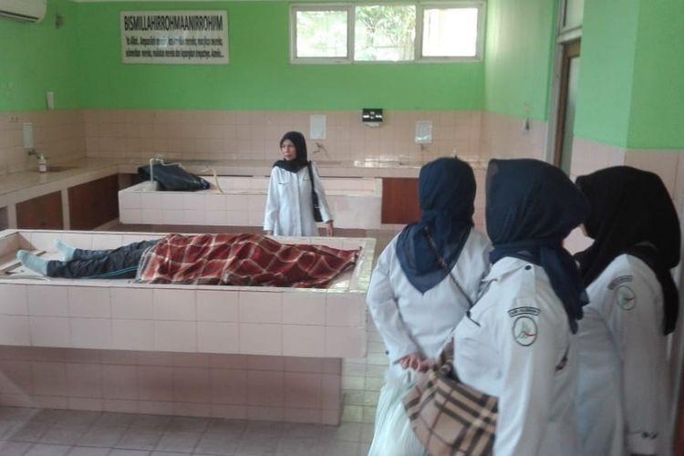 Korban Tri saat berada di ruang kamar jenazah RSMH Palembang, Kamis (12/7/2018)