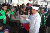 Lagi Makan Sate Maranggi, Dedi Mulyadi Diserbu 'Selfie' Ratusan 'Driver' Go-Jek Asal Bandung