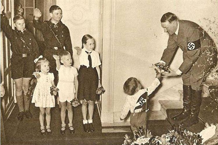 Hitler memberikan hadiah pada anak-anak di Jerman pada Natal