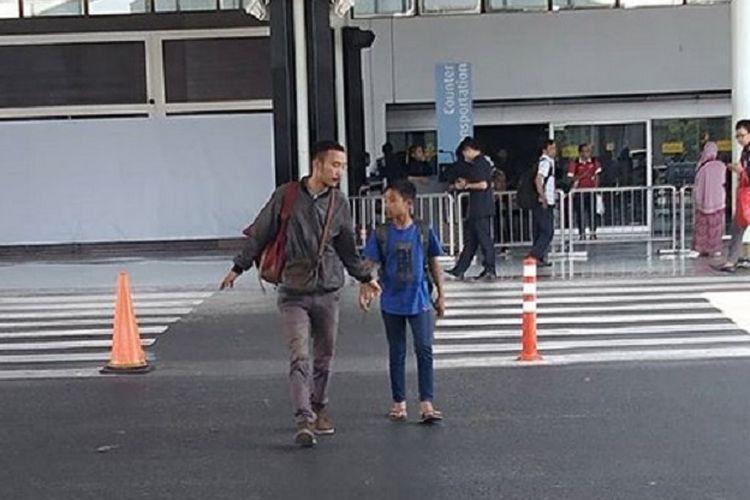 Betrand Peto bersama pamannya ke Jakarta. Kini, Betrand Peto sudah dianggap sebagai anak oleh artis Ruben Onsu.