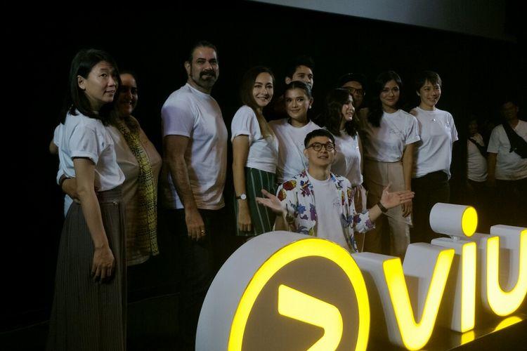 Seluruh pemain, sutradara dan produser serial Viu Rewrite dalam jumpa pers di kawasan SCBD, Jakarta Selatan, Rabu (15/5/2019).