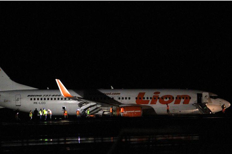 Kondisi pesawat Lion Air yang tergelincir di landasan pacu Bandara Djalaludin, di Kabupaten Gorontalo, Gorontalo, Minggu (29/4/2018) malam. Pesawat dengan nomor penerbangan JT 892 tergelincir dan keluar landas pacu sesaat setelah mendarat ketika hujan deras, dan 174 penumpang dan tujuh kru selamat pada kejadian tersebut.