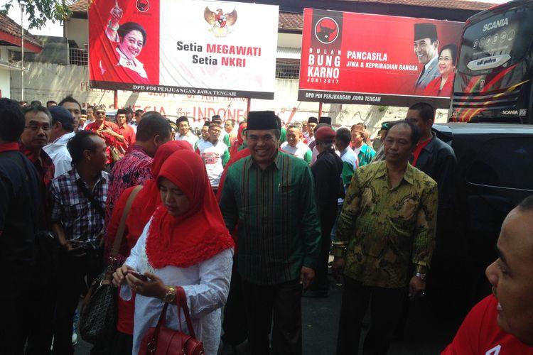 Bupati Jepara Ahmad Marzuki (pakai batik) mengembalikan berkas formulir pendaftaran Cawagub Jateng di DPD PDIP Semarang, Kamis (10/8/2017).