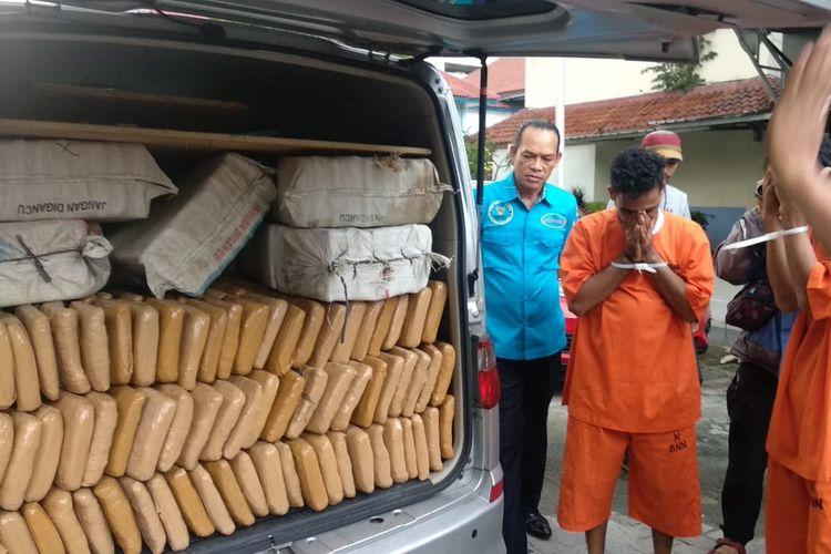 Tumpukan kotak berisi 400 kilogram ganja kering yang didapat BNN dari penangkapan di Depok, Senin (6/5/2019) malam kemarin.