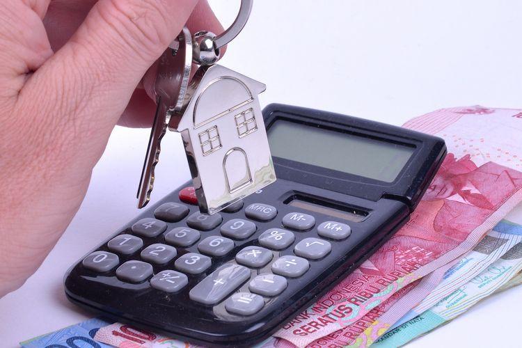 Ilustrasi menghitung uang untuk mewujudkan impian punya rumah.