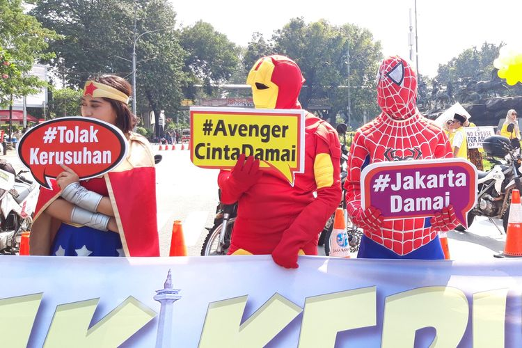 Superhero ikuti aksi massa di Patung Kuda, Jalan Medan Merdeka, Jakarta Pusat, Selasa (18/6/2019)