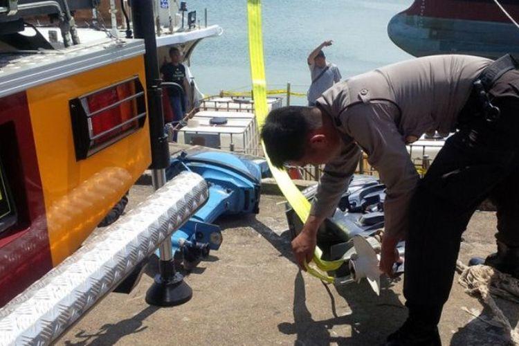 Polisi membongkar mesin kapal Wanderlust yang membawa sabu sebanyak 1 ton dari China, Senin (17/6/2017) siang.