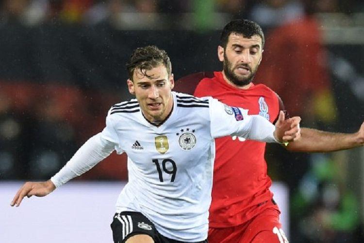Gelandang tim nasional Jerman, Leon Goretzka (kiri), berebut bola dengan gelandang Azerbaijan, Rahid Amirguliyev, pada laga kualifikasi Piala Dunia 2018 di Mainz, Jerman Barat, 8 Oktober 2017.