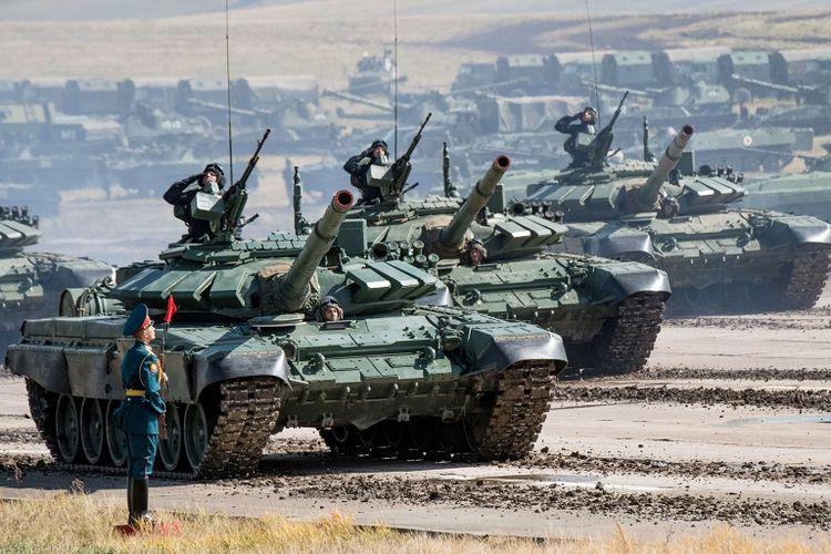 Tank-tank Rusia berparade di akhir latihan militer Vostok 2018 yang digelar di dekat perbatasan China.