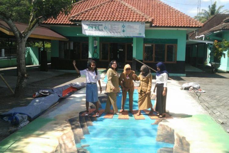 Warga Berfoto di Lukisan 3D di Halaman Kantor Kecamatan Sedayu, Bantul, beberapa waktu lalu