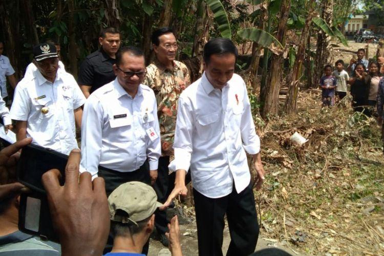 Presiden Joko Widodo saat kunjungan ke Yogyakarta menyempatkan diri mengunjungi proyek dana desa pembangunan saluran irigasi tersier di Desa Sendangtirto, Kecamatan Berbah, Sleman, Rabu (29/8/2018).