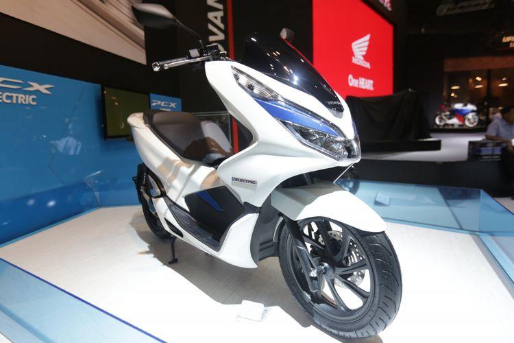 Honda PCX Listrik dipamerkan di acara pameran Indonesia Motorcycle Show (IMOS) 2018 di Jakarta Convention Centre, Jakarta, Kamis (1/11/2018). Pameran sepeda motor terbesar di Indonesia ini menghadirkan motor-motor keluaran baru dari berbagai merek, dan akan berlangsung hingga 4 November 2018.