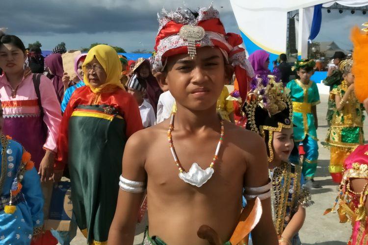 Anak laki-laki Wakatobi memakai pakaian adat saat tampil di parade kebudayaan bahari, Wonderful Festival and Expo 2017 atau Wakatobi Wave 2017 di Pelabuhan Panggulubelo, Pulau Wangi-wangi, Kabupaten Wakatobi, Provinsi Sulawesi Tenggara, Sabtu (11/11/2017).