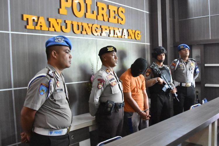 Wakapolres Tanjungpinang Kompol Sujoko didampingi Kasat Reskrim Polres Tanjungpinang AKP Efendri Ali saat rilis kasus pembunuh bayaran, Jumat (15/3/2019).