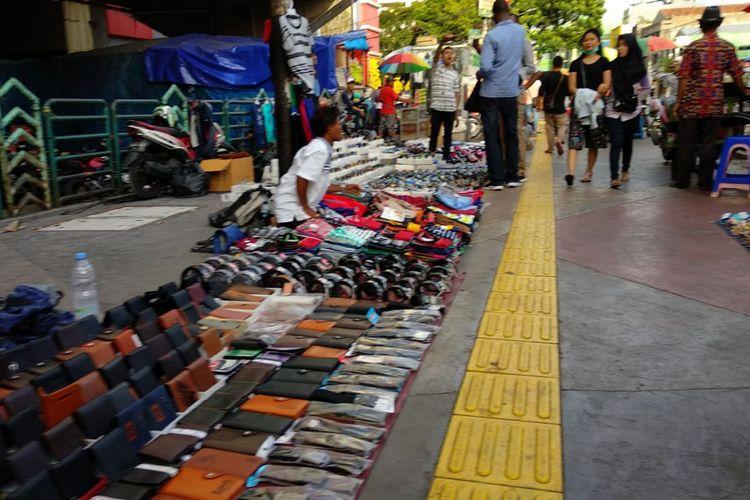 PKL berdagang di trotoar di kawasan Pasar Tanah Abang, Jakarta Pusat, Jumat (24/11/2017) sore