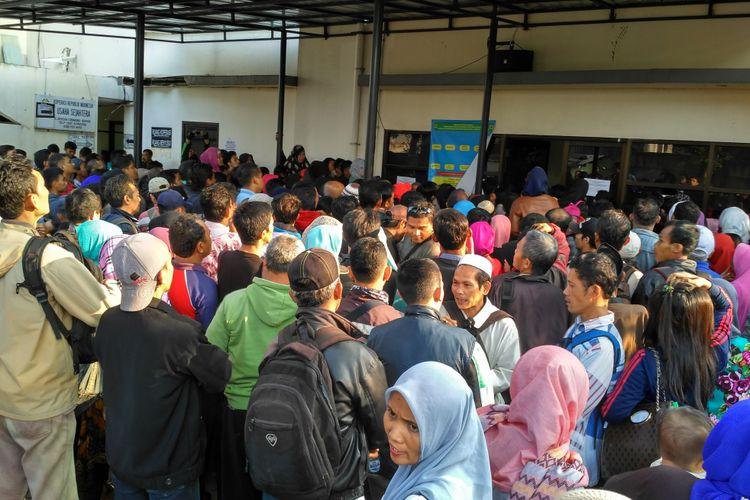 Antrean pembuatan akta lahir di Kantor Dinas Kependudukan dan Pencatatan Sipil Kabupaten Bogor, Jawa Barat, Selasa (9/8/2017).