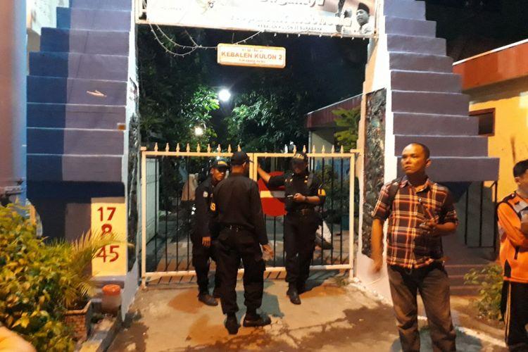 Pintu gang sekitar rumah kos yang terbakar ditutup, Selasa (29/5/2018).