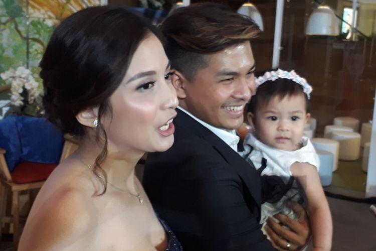Chelsea Olivia, Glenn Alinskie, dan anak mereka, Nastusha Olivia Alinskie dijumpai para wartawan di Lamoda, Plaza Indonesia, Jakarta Pusat, Kamis (14/9/2017).